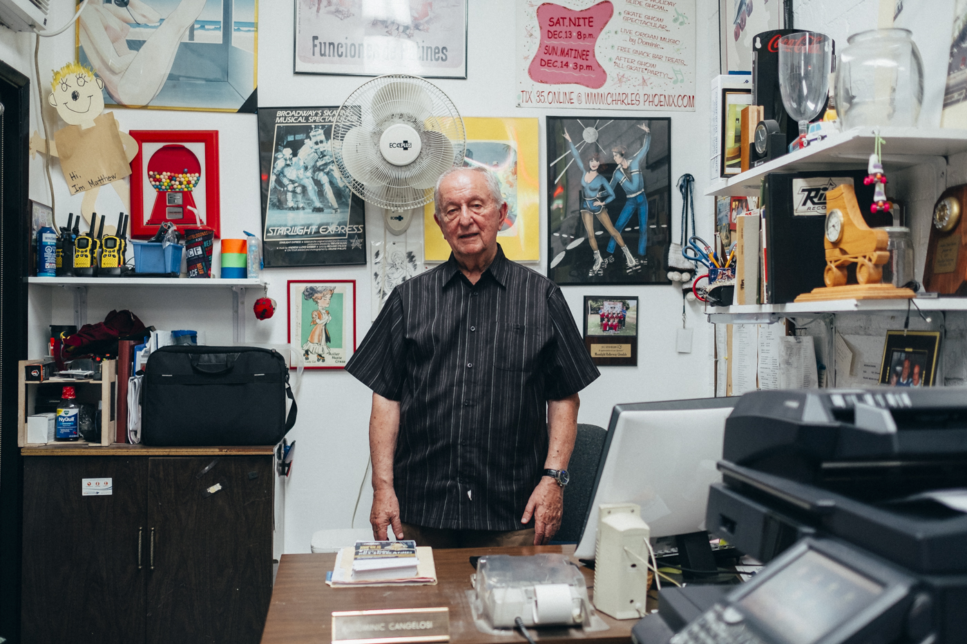 Dominic Cangelosi, 84 years old, is the owner of the Moonlight Rollerway. His story here started very early. When he was young he used to come here to skate with his friends. He loved hearing the sound of the organ and decided to learn to play. That's how he started working at Harry's Rollerink. In the 1980s, he bought the establishment that became the Moonlight Rollerway. Since every Tuesday evening, he has been on stage and enthusiastically starts playing on his Hammond B3 organ to the delight of the crowd.