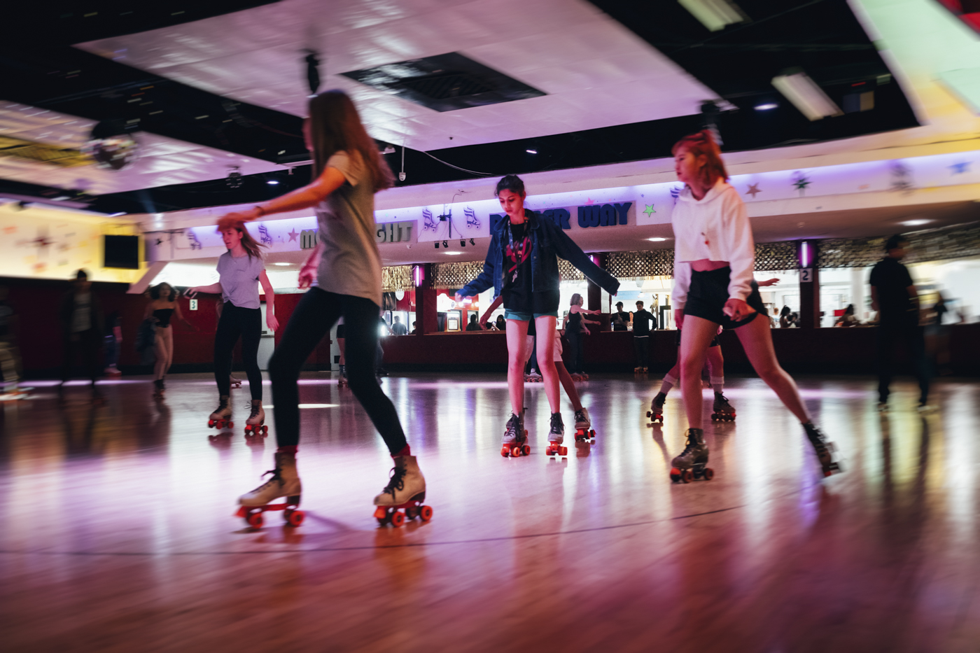 Whatever is your level, you can really have fun with friends on the Moonlight Rollerway rink. Former skaters who have been used to the place for 30 years are happy to meet the newbies.
