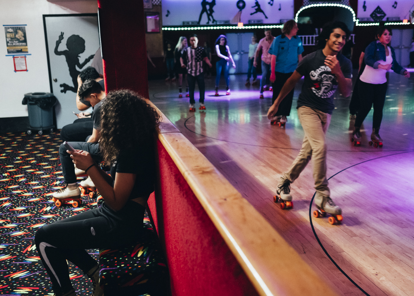 All around the rink, alleys with carpets as in the 70s. Young people rest there, beginners recover from their emotions before  nding the courage to return to the rink, and most of them  irt and have fun.